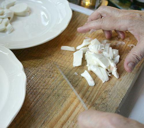 carpaccio-primavera-step-8-cut-mozzarella